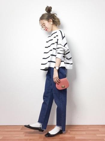 ボーダー×ジーンズの定番カジュアルスタイルに、ピンクのショルダーバッグで差し色をプラス。ミニサイズのバッグでトレンド感もアップします。