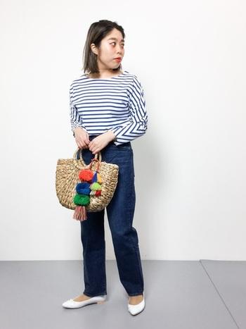 フレンチカジュアルスタイルに欠かせないかごバッグ。アクセサリーでカラフルな差し色を取り入れるのも素敵なアイディアです。