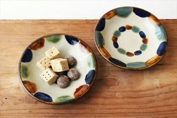 ちょっとしたお菓子も一翠窯の器に乗せれば一味違う表情に。