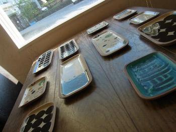 ギャラリーのテーブルにバランスよく並べられた器たち。どれも素敵で目移りしてしまいます。