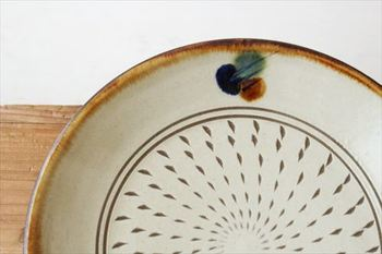 お皿の中央に点々と付けられた模様は「トビカンナ」と呼ばれるもの。かんなで削って模様が付けられています。