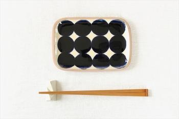 定番文様の「角皿」です。沖縄伝統のやちむんの風合いを残しつつ、ゴスドットの斬新なデザインで存在感のある個性的な一品です。料理皿、菓子皿やトレイとして使える小皿です。