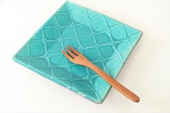 とてもきれいなターコイズの「正角皿」。格子模様は、「イッチン」という粘土を絞り出す方法で描かれているため、立体感があります。