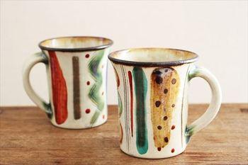 手描きでストライプの模様が施された「マグカップ」。落ち着いた色合いですが、ギザギザの線や点々と描かれたドットがポップな雰囲気を醸し出しています。