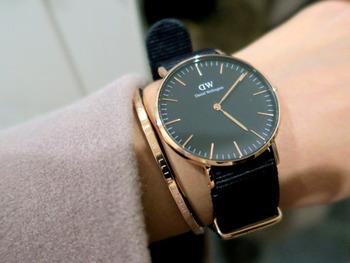 縁がローズゴールドの時計と色を合わせたバングルを組み合わせて。色を合わせると統一感が感じられます。