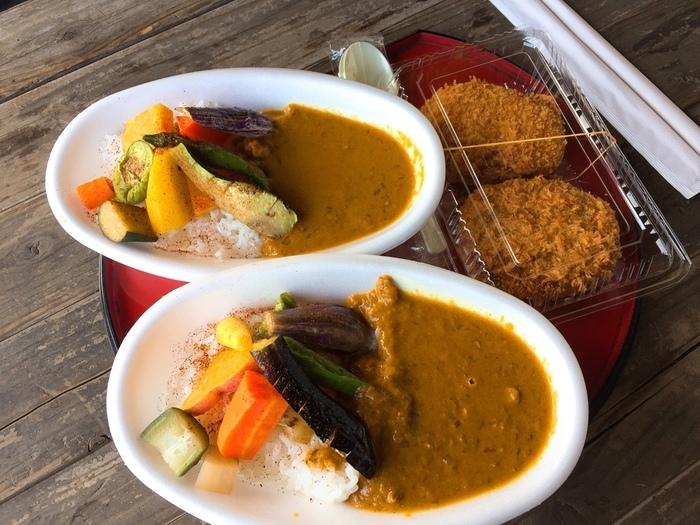 野菜いっぱいの「かん太カレー」とコロッケ。 こちらは、小町通りに出店している農家レストラン「ドッキリカレー かん太くん」でも食べることができます。