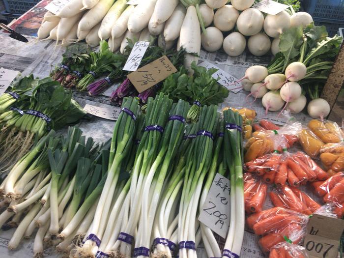 大根、にんじん、ほうれん草等、季節ごとに獲れたての旬野菜が揃う市場で、観光客から一流レストランのシェフまで多くの人々が訪れるスポットとなっています。近隣の農家が毎日交替して野菜を販売し、売り場には生産者名の入った札が。生産者と消費者の近い距離感も魅力です。