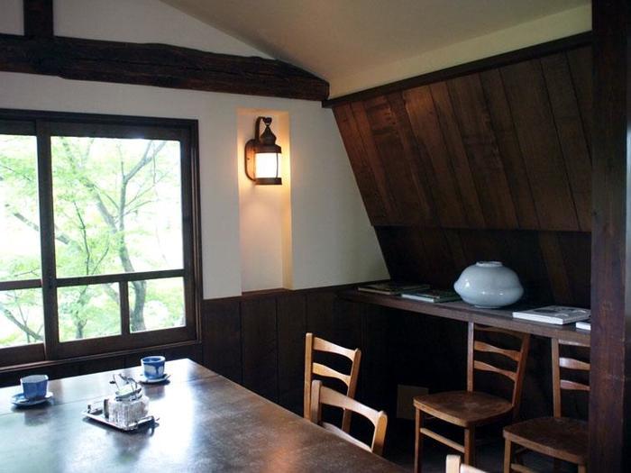 車庫として利用して建物をリノベーションした内部は、木のぬくもりが感じられる落ち着いた雰囲気。カフェの窓からは、遠く東山連峰や比叡山まで望むことができます。