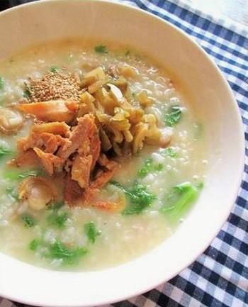 冬の終わりごろに出回るベビーホタテで出汁をとった中華風な味付けのおかゆです。同じ頃に旬を迎えるわさび菜で少しだけぴりりと。