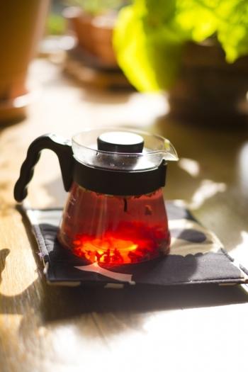 あらかじめ温めておいた茶器(金属製でないもの)に、ローズヒップを入れてお湯を注ぎます。3~5分蒸らして出来上がりです。 茶器の底に残った果肉は、はちみつなどを加えて簡易ジャムにして食べて下さいね。
