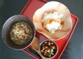 炒り玄米は、そのまま食べても美味しいですが、もちろん普通の玄米と同じようにおかゆやご飯として炊いて食べることもできます。