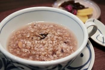 ショウガ入りで仕上げた、雑穀入りの炒り玄米おかゆ。風邪っぽいなと感じたら、早めにつくっていただけば、ポカポカあたたまります。