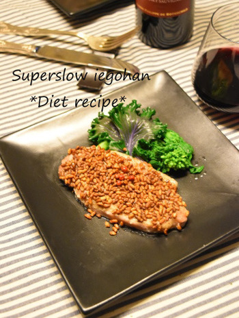 豚ロース肉には塩麴をまぶし、炒り玄米を片面にたっぷりのせてオーブンでじっくり焼き上げます。オーブンの温度は驚きの120度で30分。低温でじっくり焼き上げるのがポイント。