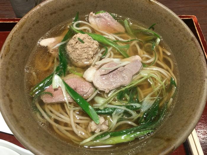 メニューは、「にしんそば」の他、天せいろやカレーうどん、にしん丼や穴子丼等など。京都ならではの、ゆば豆腐うどんもあります。 【画像は「鴨なんばんそば」。京都の冬は底冷えします。寒い季節に嬉しいメニューです。】