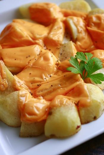 間違いないく美味しいレシピですね♡カリッカリに火を通したポテトに、こっくりチェダーチーズで頂きます。ブラックペッパーで風味良く、お腹を満たしてくれる定番メニュー!