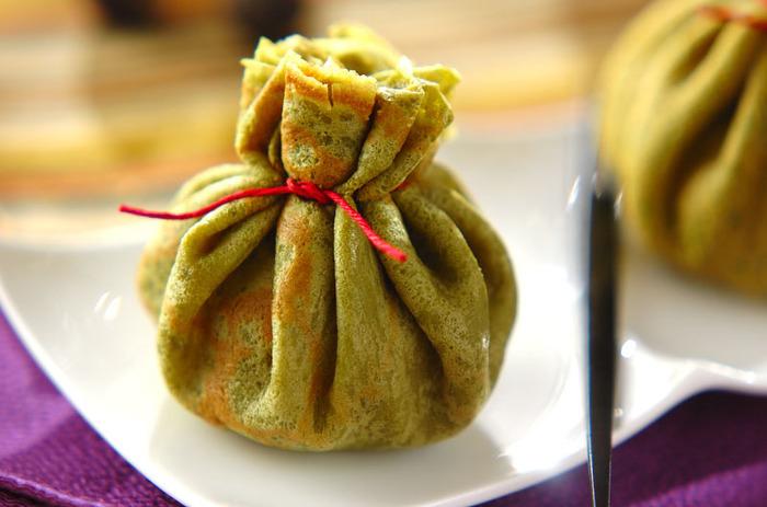 バニラアイスとこしあんを抹茶の生地でつくった巾着で包みました。お皿の上でちょこんと座った姿がなんとも愛らしいスイーツです。バニラアイスは、おもち入りのタイプがベストです。