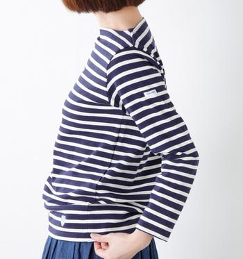 「ORCIVAL(オーシバル)」のバスクシャツは、オープンエンドという糸で編まれており、軽く丈夫な作りが特徴。衣服には珍しい経年変化を楽しめるのも、オーシバルの魅力ですね♪