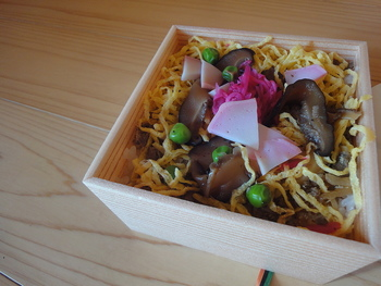 ●京丹後市の会席料理の老舗「とり松」の網野名物「ばらずし」。  丹後地方の郷土料理「鯖のおぼろ」の他、椎茸、錦糸卵等様々な具材がたっぷり入った贅沢なちらし寿司です。老若男女問わず、人気のお寿司です。