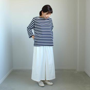 フィットしすぎない軽やかさのあるデザイン。1枚で着ても存在感がありますね。