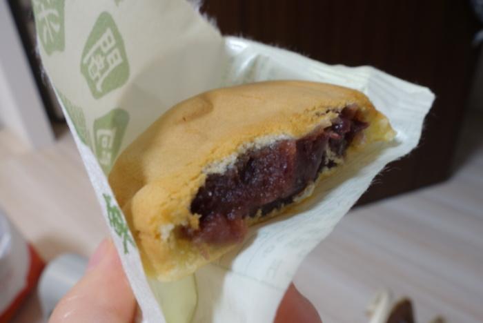 ●満月の「阿闍梨餅(あじゃりもち)」  比叡山の千日回峰の修行僧の帽子の形がモチーフとなった、京都土産の定番和菓子「阿闍梨餅」。老舗の和菓子店「満月」の銘菓です。  赤ん坊の柔肌のような生地は、モチモチとした食感。丹波大納言を炊き上げたつぶ餡は、適度な甘さ。しっとりとした薄皮とつぶ餡が渾然一体となる味わいは、「阿闍梨餅」ならでは。老若男女誰しもが喜ぶ半生菓子です。