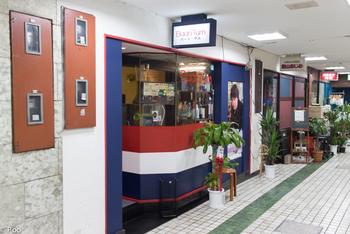 伝説のタイ料理シェフ「タムさん」が腕を振るう人気店が「バーン・タム」。新大久保駅から6分ほど行ったところ、ビルの地下1階にあります。