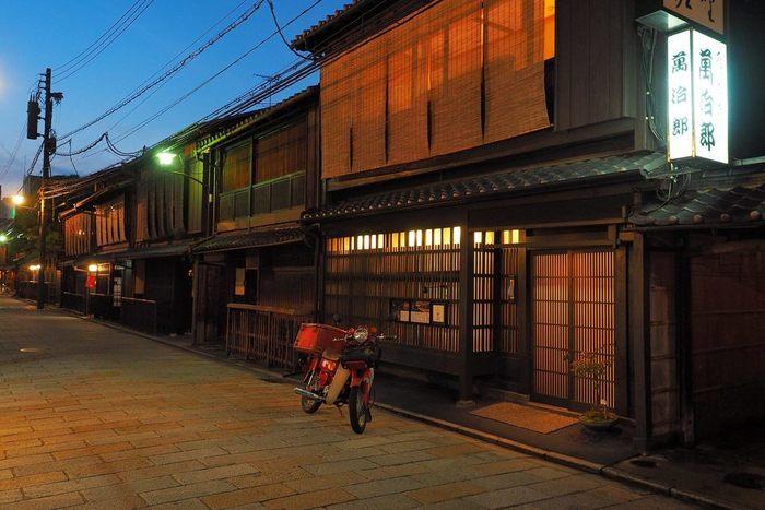 京都と一言でいってもその楽しみ方はたくさんあります。街を歩けばキレイな街並みや文化的な建物が並び、美しい自然を見ながらおいしい食べ物を食べられる。それが国内・国外を問わず愛される京都の魅力でしょう。みなさんも古都京都を訪れた際はぜひ、京都のグルメを堪能してください。