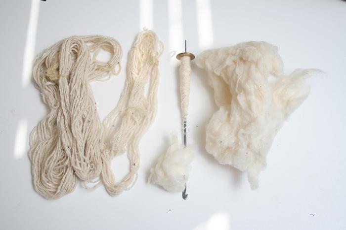 「でも手紡ぎをしてみたい!」 それならスピンドルはいかが? 最低限の道具を揃えれば手軽に糸紡ぎを始められますよ。