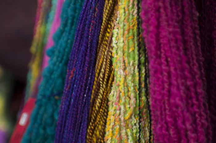 カラフルな色あいがとってもきれい! 太さの違う糸を撚り合わせて紡ぐとこんな表情のある糸ができます。シンプルな編み地でも個性的な雰囲気に編み上がりそうですね。