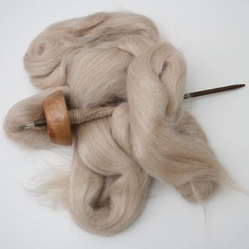 手紡ぎに最低限必要なのはこのふたつ。 羊毛とスピンドルです。 スピンドルは身近な手芸屋さんではなかなか取り扱われていないと思うので、羊毛の専門店やネット通販で手に入れましょう。 後ほど紹介する羊毛を買えるショップで、一緒に買うのもおすすめです。