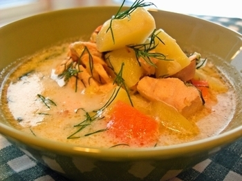 サーモンをごろっと入れたスープ。サーモンは赤い色をしているけど白身の魚。 サーモンの中に含まれているアスタキサンチンという成分が、体を若返らせてくれます。オメガ3もしっかり入っているのでしっかりアンチエイジング!