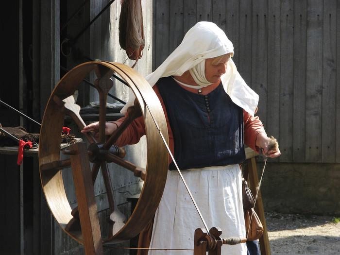 糸を紡ぐ道具といえば、こんな「糸車」が思い浮かびますよね。でも糸車って高価だし大きなものだし、購入するのはちょっと躊躇してしまいます。