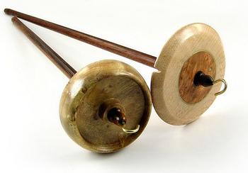 スピンドルにはいろんなかたちがあります。 糸を引っ掛ける鈎のついたものや、先端にくぼみのあるものなど様々です。