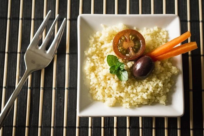 クスクスは米粒よりさらに小さい直径1mm程度の粉パスタです。小麦の粗挽粉を丸めたもののため、スープとよくからみ、味を引き出してくれるため、スープ料理との相性は抜群です。日本では輸入ショップに行くと入手が可能です。
