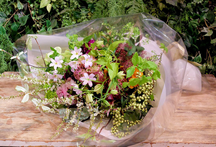 UGA FLOWER<フウガ フラワー>では、季節のお花を使ったアレンジメントやブーケなど、ひとつひとつがすべてオーダーメイド。 ショップのオープン記念や、発表会などお花を贈りたいときにも素敵なお花を用意してくれます。