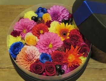 特別な日にはこんなフラワーボックスでお祝いするのも素敵♪  花に負けないくらいの笑顔を咲かせてくれそうですね。