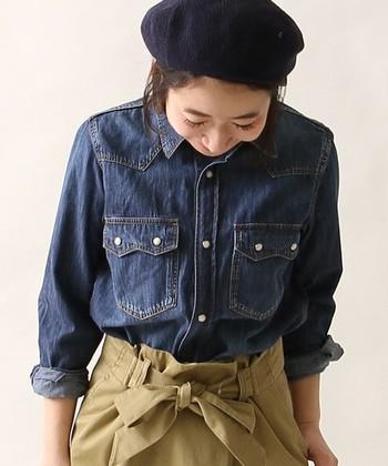 1枚でシャツとして着るのはもちろん、肌寒い日はアウター代わりに羽織ってもOKな使い勝手の良いデニムシャツ。