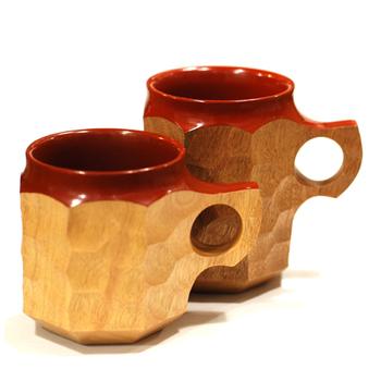 鹿児島を拠点とする木工作家の「アキヒロジン」さんが作った、木製のカップ。タブノキの角材から削り出された、ギフトにも最適な一品です。
