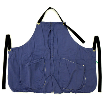 「suolo(スオーロ)」のベスト風エプロン。大きめのポケットが付いていてとっても便利♪ユニセックスで使えるので、彼や旦那さんと兼用してもいいですね。