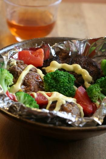 ハンバーグもホイル焼きなら旨味を逃さず、熱々のまま食卓に出せます。