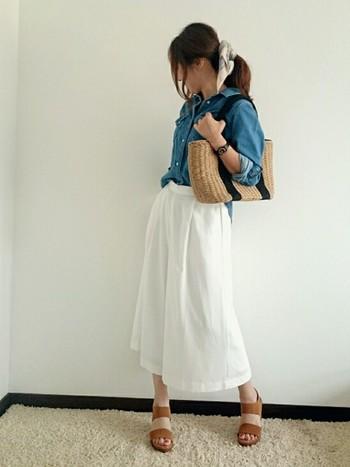 デニムシャツ×白のロングスカートなら爽やかな大人カジュアルに♪トレンドのバンダナをさりげなく取り入れてるのも素敵です。