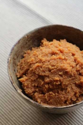 お味噌汁の主役「味噌」。味噌は畑の肉といわれる大豆から作られています。味噌は昔から日本食には欠かせない存在として愛されてきました。そんな味噌には栄養がたっぷり♡タンパク質やビタミンE、イソフラボン、酵素など栄養が詰まっています。