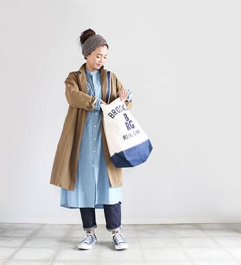 ベージのュコートと合わせれば、カジュアルなデニムワンピもグッと大人っぽく着こなせます。