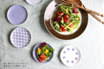 大皿の野菜サラダの取り分けに東屋の印判小皿を使って。