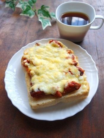 ラタトゥイユがちょっぴり残ってしまったときは、ピザトーストに使ってみませんか。たっぷりのお野菜にチーズがとろけて大満足の一品ですよ♪
