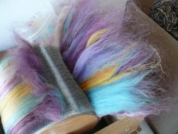 専用のドラムカーダーという道具があれば作業もらくらく! 本格的に手紡ぎをしたい方には便利な道具です。