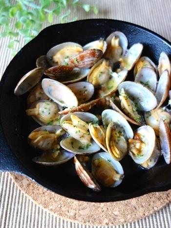 スキレットに入れてしっかり火を通せるから、肉や魚以外にも貝だってバーベキューにはおすすめ♪ワインでも日本酒でも味わえる自然の美味しさを、アウトドアで味わないともったいない!
