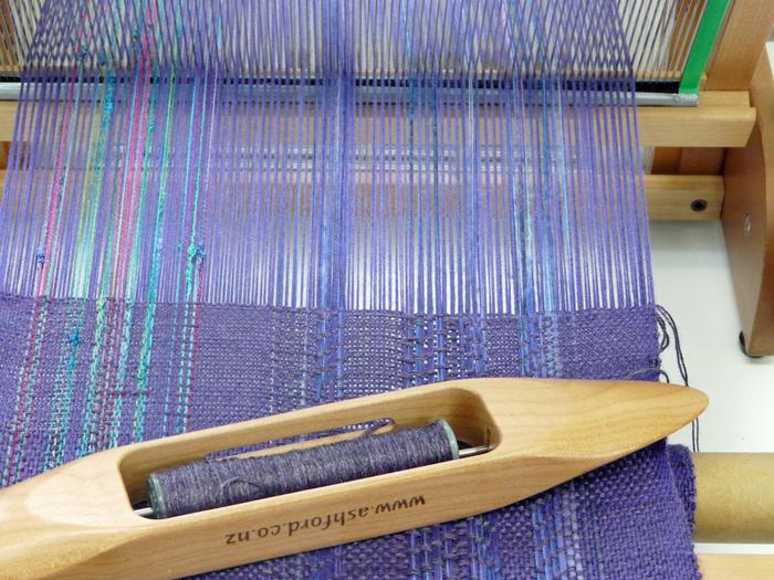 糸を使う物づくりは編み物だけじゃありません! 手織りをする人も、手紡ぎの糸でオリジナルを究めているんです。