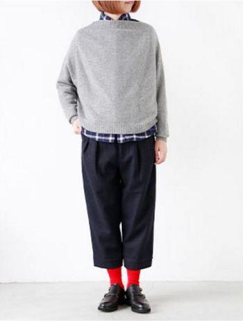 こちらはカシミヤ100パーセントのドルマンジャンパープルオーバー。デザイン性が高く、大きめサイズだから写真のような重ね着もOK。