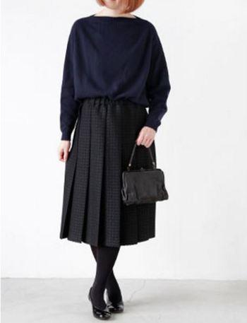 ウェストをスカートにインして、オールブラックでまとめると、特別なお呼ばれにもぴったり。ワンピースのように素敵に着こなせます。