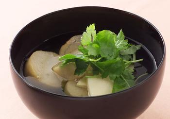 日本の汁物は繊細であったり、鮮やかであったり味だけでなく、見た目の美しさも特徴とされる料理です。  お吸い物、すまし汁の透き通った美しさは、長く受け継がれてきた日本の文化を象徴しています。 日本人であるからには得意とする美しい汁物料理が1つでもあるといいですよね。